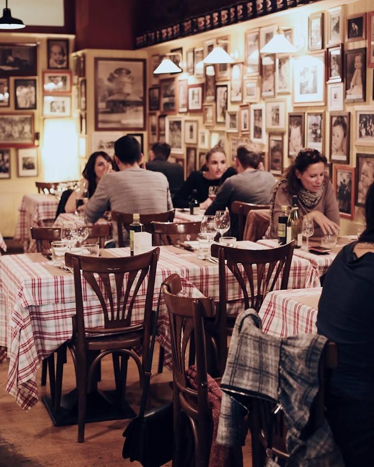 Ambiente del restaurante Joe Cipolla en Milán