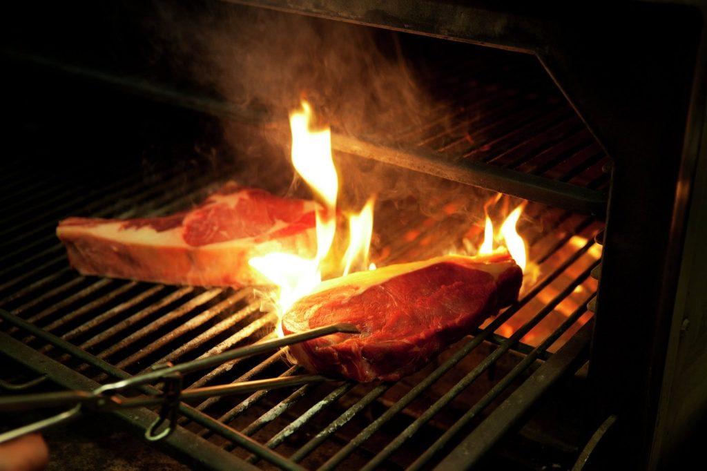 Haciendo carne a la brasa del Josper en el Maze de Londres