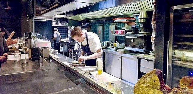 Josper en la cocina de Esquina Tapas Bar