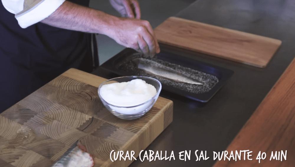 Curamos los lomos de caballa en sal 40 minutos