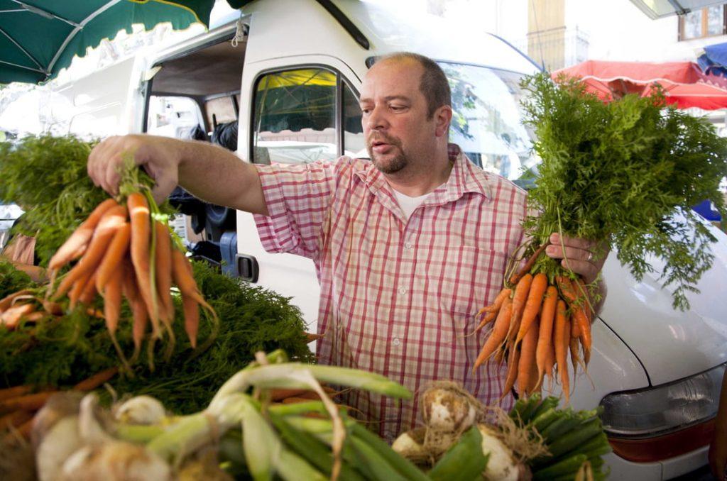 Chef tres estrellas Michelin Gilles Goujon en el mercado