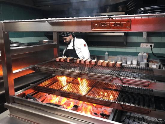 Carbón ardiendo en el mangal Josper MGJ-132 de las cocinas de de Umo, en Madrid