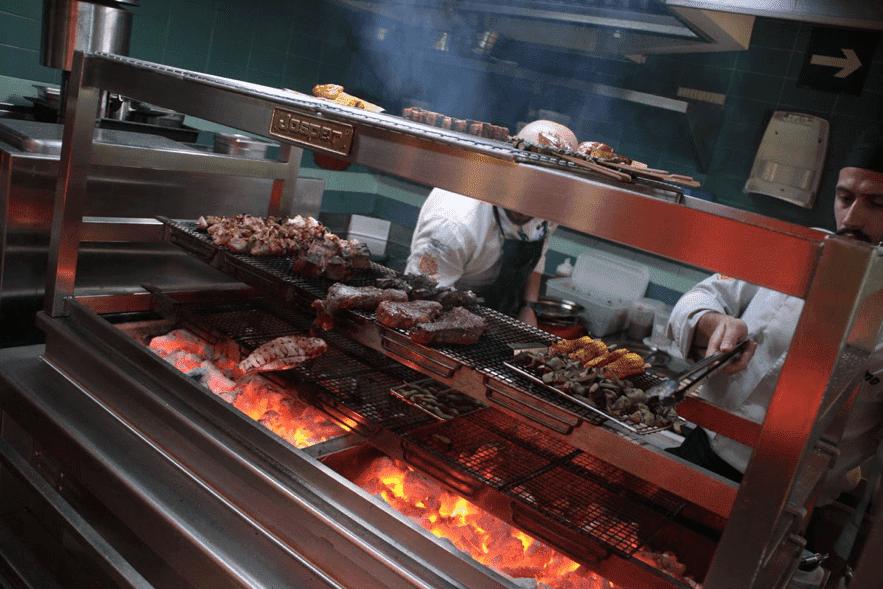 Carbón o leña para cocinar a la brasa