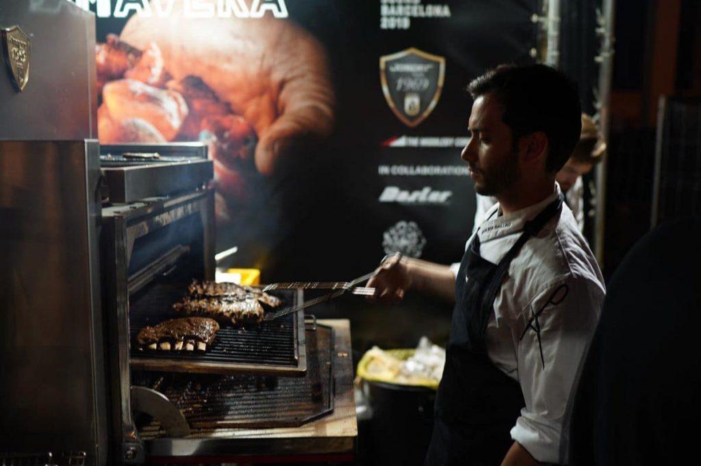 Toni Romero, chef del Restaurante Suculent con Josper