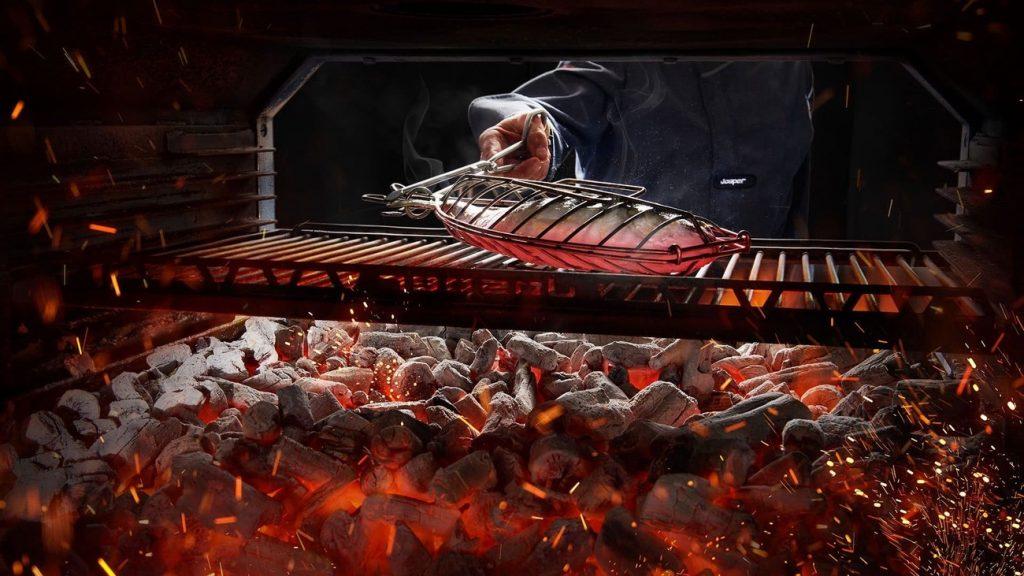 Una besuguera Josper en las brasas del carbón en un horno Josper